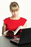 Blonde Geschäftsfrau mit Zeitschrift Lizenzfreies Stockfoto