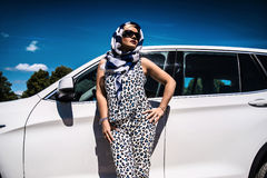 Blonde Geschäftsfrau nahe Auto in der Stadt Lizenzfreie Stockfotografie