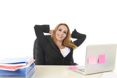 blonde Geschäftsfrau 40s, die an BüroLaptop-Computer relaxe arbeitet Stockbild