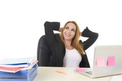 blonde Geschäftsfrau 40s, die an BüroLaptop-Computer relaxe arbeitet Stockfotografie