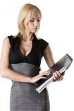Blonde Geschäftsfrau schaut den Klassifikator Stockfoto