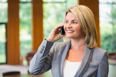 Blonde Geschäftsfrau am Telefon Lizenzfreies Stockbild