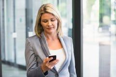 Blonde Geschäftsfrau am Telefon Lizenzfreies Stockfoto