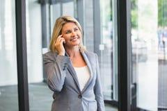 Blonde Geschäftsfrau am Telefon Stockfotografie