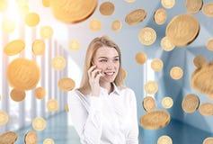 Blonde Geschäftsfrau am Telefon, bitcoin Regen Lizenzfreies Stockfoto