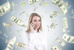 Blonde Geschäftsfrau am Telefon, Dollarregen Stockfoto