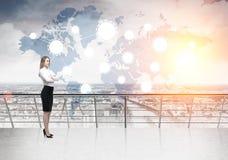 Blonde Geschäftsfrau- und Netzskizze im Himmel Stockbild
