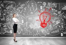 Blonde Geschäftsfrau und rote Glühlampeskizze Lizenzfreie Stockbilder