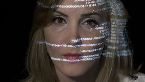 Blonde Geschäftsfrau IT, welche die Datenergebnisse des zerhackenden Prozesses, während die, liest Charaktere über ihr Gesicht na stock footage
