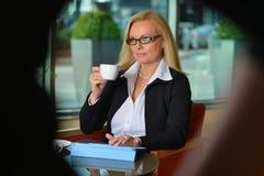 Blonde Geschäftsfraufunktion Atractive von mittlerem Alter Stockbild