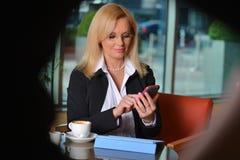 Blonde Geschäftsfraufunktion Atractive von mittlerem Alter Stockfoto