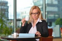 Blonde Geschäftsfraufunktion Atractive von mittlerem Alter Lizenzfreie Stockfotos