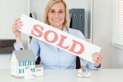 Blonde Geschäftsfrauvertretung VERKAUFTE Zeichen Lizenzfreie Stockfotografie