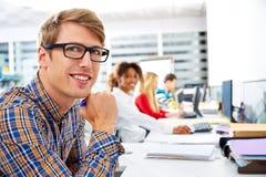 Blonde Geschäftsmannjunge im Büro mit Computer Lizenzfreie Stockfotografie