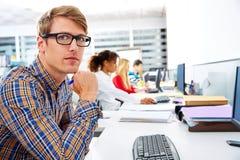 Blonde Geschäftsmannjunge im Büro mit Computer Lizenzfreies Stockfoto