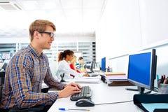 Blonde Geschäftsmannjunge im Büro mit Computer Stockfoto