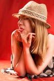 Blonde gesetzte heraus Zunge Stockfotografie