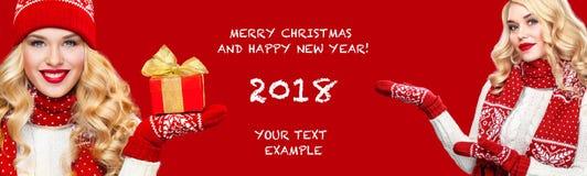 Blonde glückliche Frau Beautyful mit Weihnachtskastengeschenk auf rotem Hintergrund mit Kopienraum Weihnachts- und des neuen Jahr Stockfotos