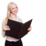 Blonde glückliche Geschäftsfrau mit schwarzem Faltblatt Lizenzfreie Stockfotos