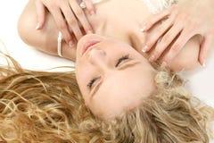 Blonde glamoroso que encontra-se para baixo imagens de stock