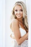Blonde glimlachende vrouw royalty-vrije stock afbeelding
