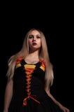 Blonde gotische Priesterin in der Dunkelheit Lizenzfreies Stockfoto