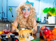 Blonde grappig op keuken met hongerige deegwaren Stock Afbeelding