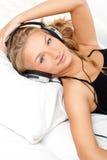 Blonde hörende Frau die Musik Stockfoto
