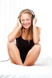 Blonde hörende Frau die Musik Lizenzfreies Stockfoto