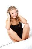Blonde hörende Frau die Musik Stockbilder