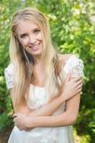 Blonde hübsche Braut, die an der Kamera lächelt Stockbild