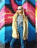 Blonde hübsche Frau der Mode über buntem Hintergrund Stockfotos