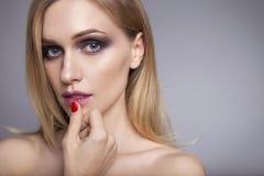 Blonde hübsche Frau in ihrer 30. mit frischer sauberer Haut, lächelndes w Stockfoto