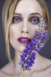 Blonde hübsche Frau in ihrer 30. mit frischer sauberer Haut, lächelndes w Lizenzfreies Stockbild