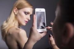 Blonde hübsche Frau in ihrer 30. mit frischer sauberer Haut, lächelndes w Stockbilder