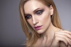 Blonde hübsche Frau in ihrer 30. mit frischer sauberer Haut, lächelndes w Lizenzfreie Stockbilder