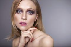 Blonde hübsche Frau in ihrer 30. mit frischer sauberer Haut, lächelndes w Lizenzfreie Stockfotos