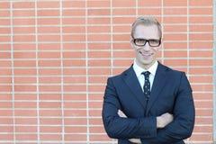 Blonde hübsche Geschäftsmann-Porträtüberfahrt des glatten Schnitts bewaffnet mit Kopienraum Lizenzfreie Stockfotografie