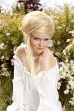 Blonde haarstijl. Mooie vrouw op aard Stock Afbeeldingen