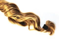 Blonde Haarsträhne auf weißem Hintergrund Lizenzfreies Stockbild
