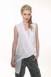 Blonde haired bedrijfsvrouw in de zomer witte blouse en zwarte tourser Stock Fotografie