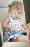 Blonde Haired Blauw Eyed Meisje die Haar Boek lezen Royalty-vrije Stock Afbeelding