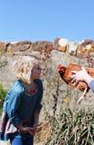 Blonde haired meisje en kip Stock Fotografie