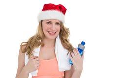 Blonde haltene Flasche des festlichen Sitzes Wasser Lizenzfreies Stockbild