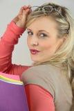 Blonde haltene Ordner Lizenzfreie Stockfotografie