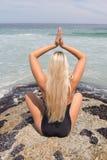 Blonde Handelnyoga-Haltung auf dem Strand Lizenzfreie Stockfotografie