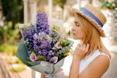 Woman holds a bouquet of callas and delphinium Royalty Free Stock Images