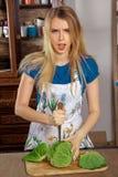 Blonde Hausfrau in der Küche Lizenzfreie Stockfotografie