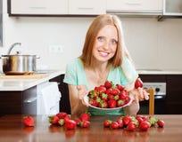Blonde Hausfrau mit frischen Erdbeeren Lizenzfreies Stockfoto