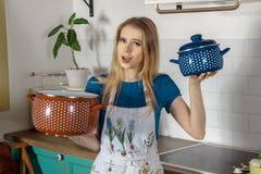 Blonde Hausfrau mit Wannen Lizenzfreie Stockfotos